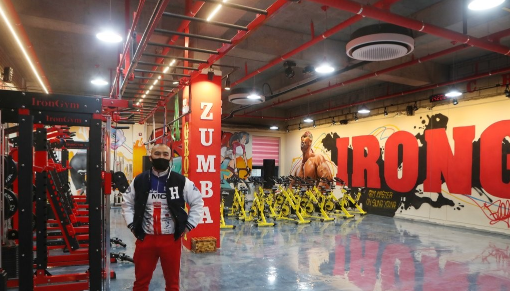 吴成英无视政府的冠状病毒限制重新营业后,于2021年1月4日在首尔东北46公里的抱川市的体育馆内摆姿势。图片来源:韩联社.png