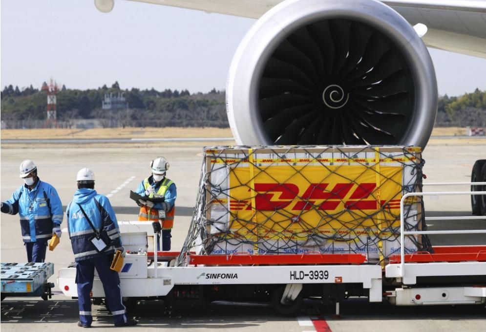 辉瑞公司(Pfizer Inc.)的第三批COVID-19疫苗于2021年3月1日从比利时运抵东京。(图片来源:日本共同社).png